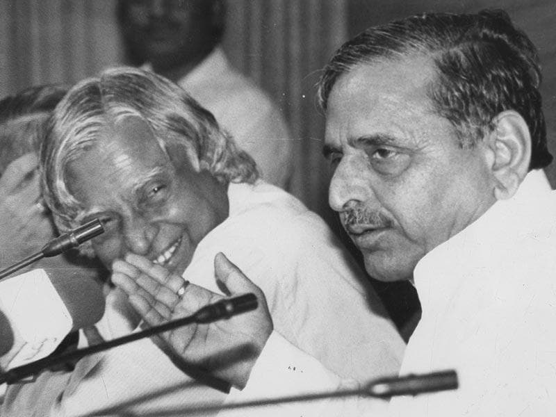 SP leader Mulayam Singh Yadav, who was then the defence minister, at a press conference along with his scientific advisor APJ Abdul Kalam in New Delhi on July 21, 1997. (PIB file photo)