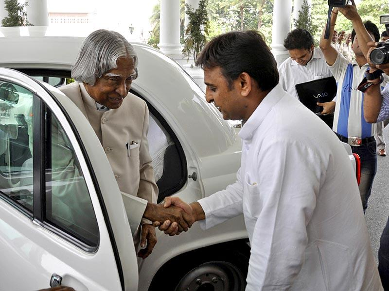 Kalam is welcomed by Uttar Pradesh Chief Minister Akhilesh Yadav to the Uttar Pradesh Development Conclave in Lucknow on May 26, 2012. (Ashok Dutta/HT file photo)