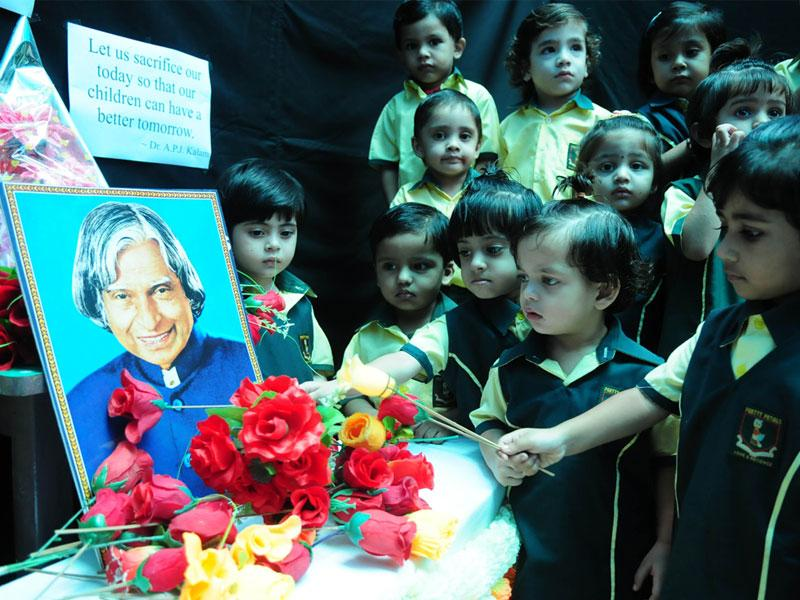 Students of Pretty Petals School paying tributes to Dr APJ Abdul Kalam during a special prayer session organised in Bhopal on Tuesday. (Mujeeb Faruqui/HT)