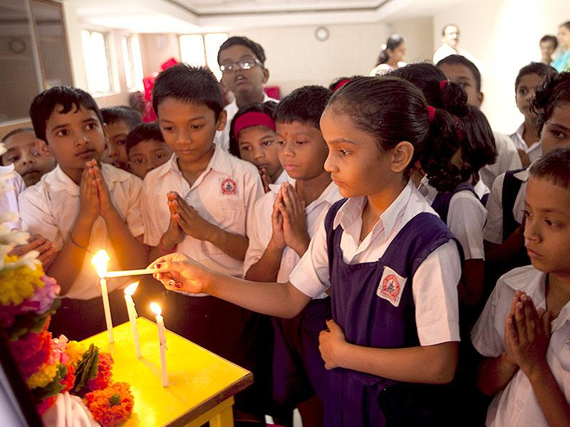 School children pray during a condolence ceremony for APJ Abdul Kalam in Mumbai. (HT Photo/Kunal Patil)
