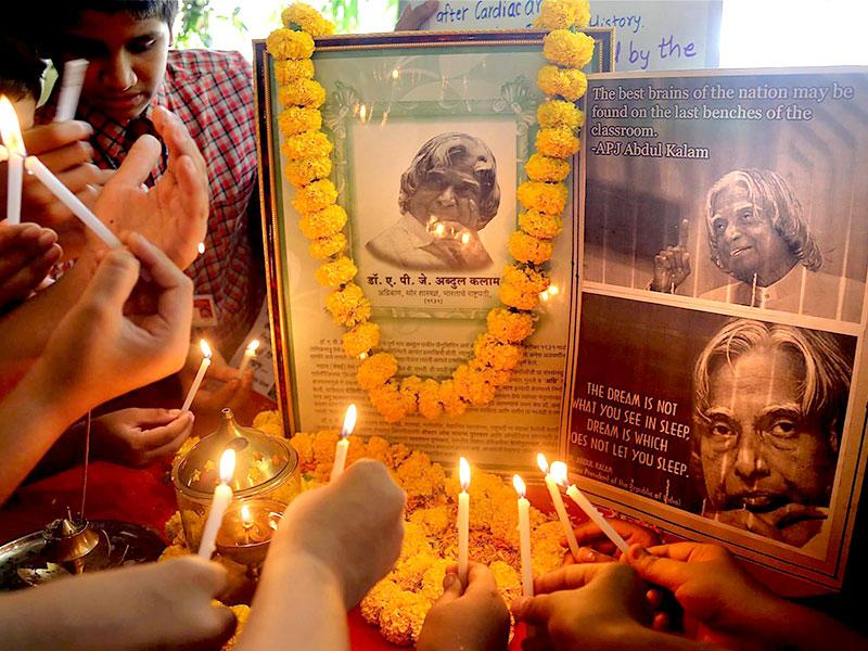 Students pay tribute to the former president APJ Abdul Kalam in Mumbai. (PTI Photo)