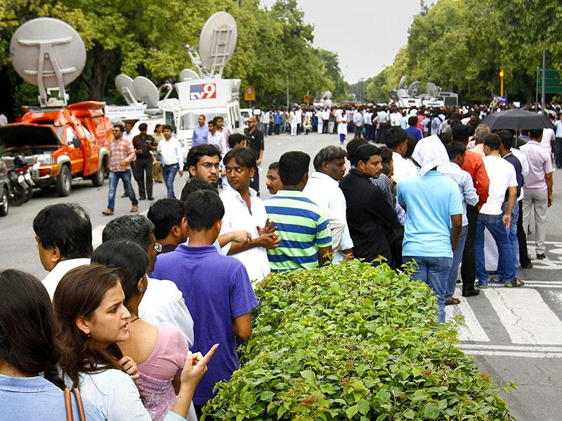 People wait in a long queue to honour former president APJ Abdul Kalam, at his house, Rajaji Marg, in New Delhi. (HT Photo/Ajay Aggarwal)