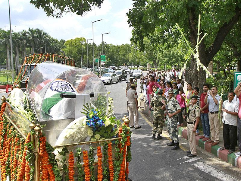 People throng in numbers to pay their respect to the former president APJ Abdul Kalam as his body is transported to his house in New Delhi. (HT Photo/Sanjeev Verma)