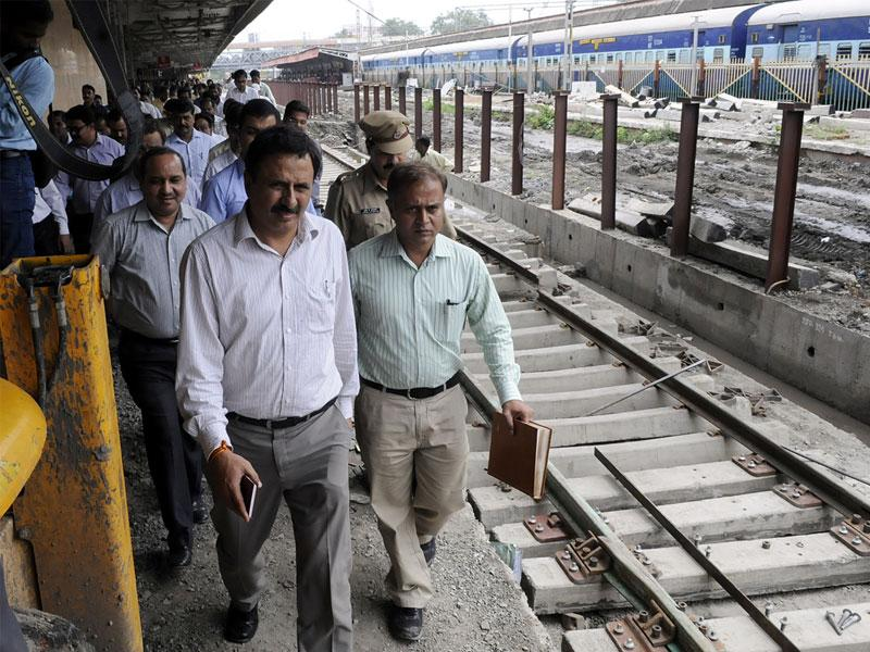 Ratlam Divisional Railway Manager Manoj Sharma inspecting renovation works at platform No. 1 of Indore railway station. (Shankar Mourya/HT photo)
