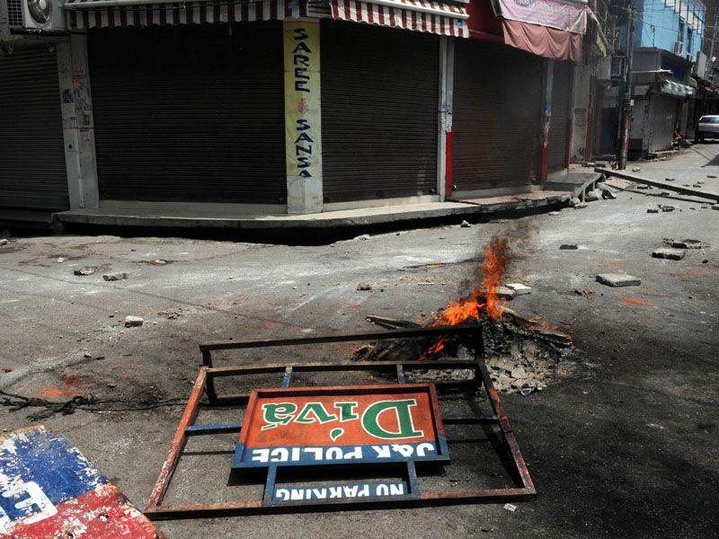 Protesters burned tyres, blocked roads during the protest over the demand for establishment of AIIMS in Jammu on Sunday. Nitin Kanotra/HT