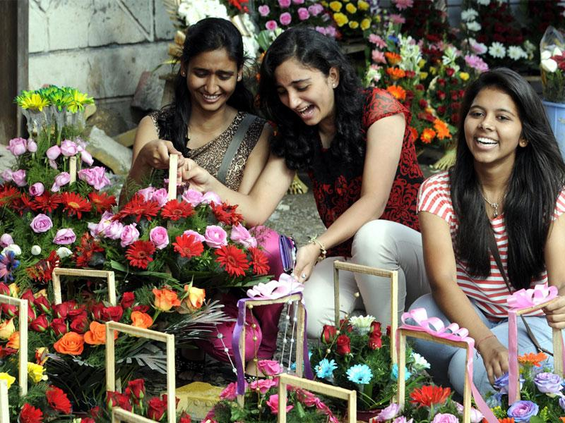 Girls choose flowers on the occasion of Friendship Day in Indore on Sunday. (Shankar Mourya/HT photo)