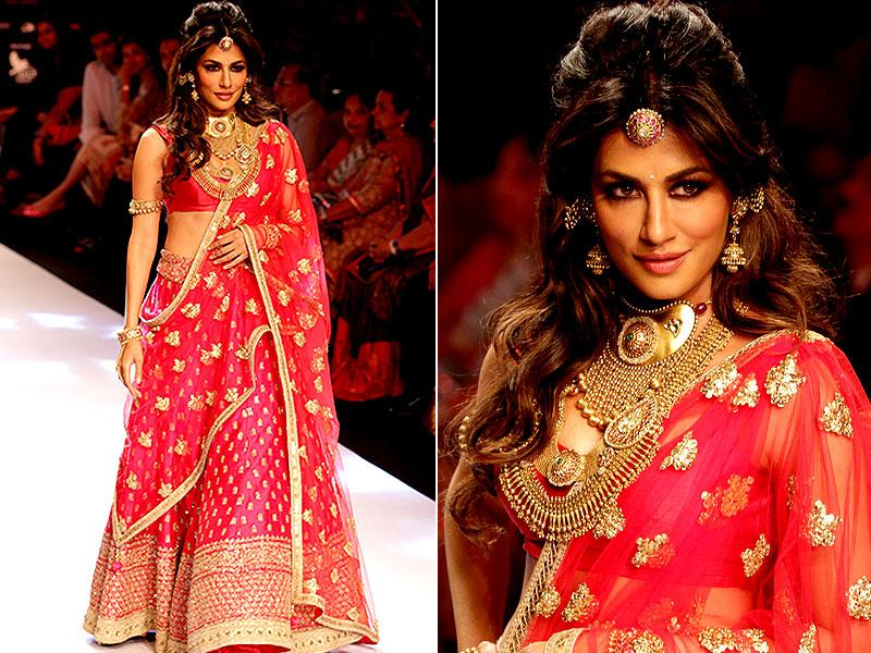 Chitrangada Singh showcases a creation during India International Jewellery Week 2015 in Mumbai on August 3. (AFP photo)