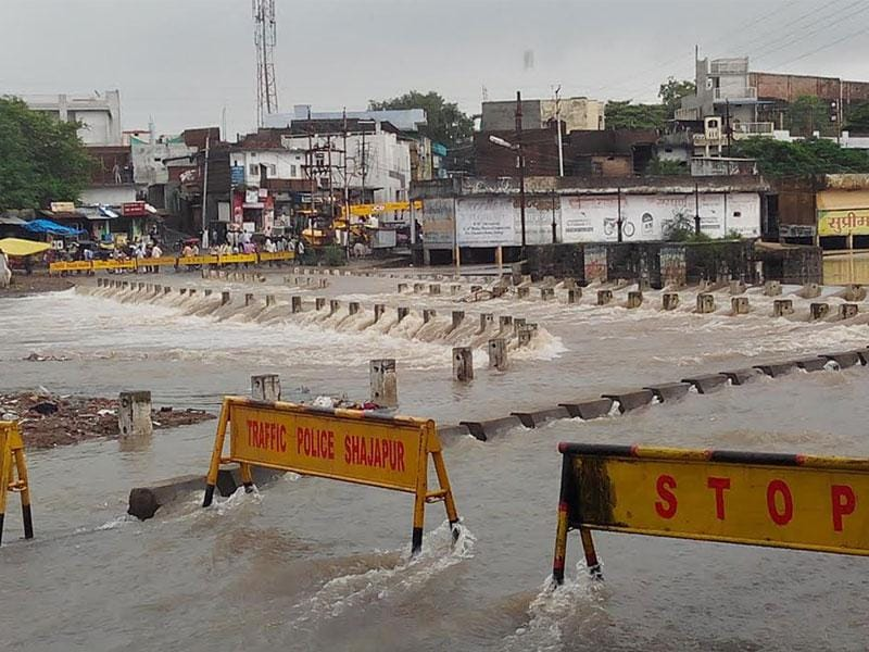 Police put barricades after the surging water of the Chillar river in Shajapur inundated the over-bridge on Wednesday. (HT photo)
