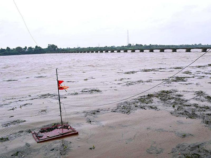 River Narmada crossed danger mark at Rajghat in Barwani district on Wednesday following torrential rains. (HT photo)