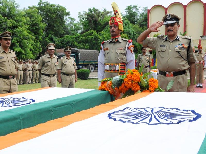 BSF IG Rakesh Kumar pays tribute to martyrs Subhendu Rai and Rocky in Jammu. (Nitin Kanotra/HT Photo)