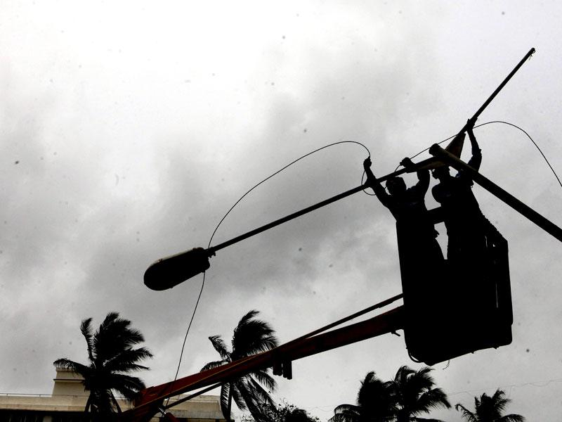 A worker repairs the street light at Bandra, in Mumbai. (Pratham Gokhale/HT photo)