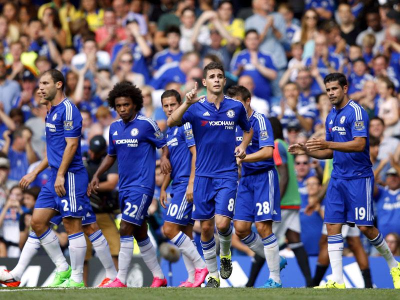 Chelsea midfielder Oscar (C) celebrates scoring the opening goal during the English Premier League (EPL) match between Chelsea and Swansea at Stamford Bridge in London on August 8, 2015. (AFP Photo)