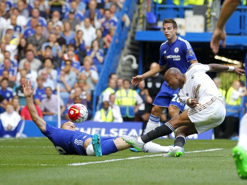 Swansea forward Andre Ayew scores during the English Premier League (EPL) match between Chelsea and Swansea at Stamford Bridge in London on August 8, 2015. (AFP Photo)
