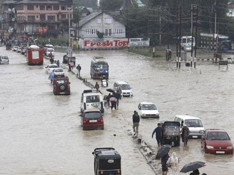 Vehicles wading through flooded waters in Srinagar during the 2014 floods. Waseem Andrabi/HT