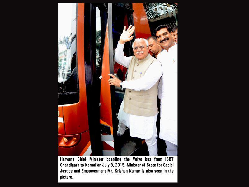 Haryana CM Manohar Lal Khattar boarding the Volvo bus from ISBT Chandigarh to Karnal on Wednesday. HT Photo
