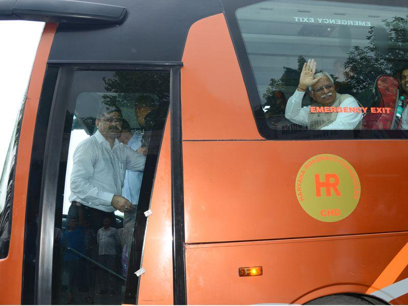 CM Manohar Lal Khattar also visited Haryana Roadways workshop in Chandigarh where he heard grievances of bus conductors. HT Photo