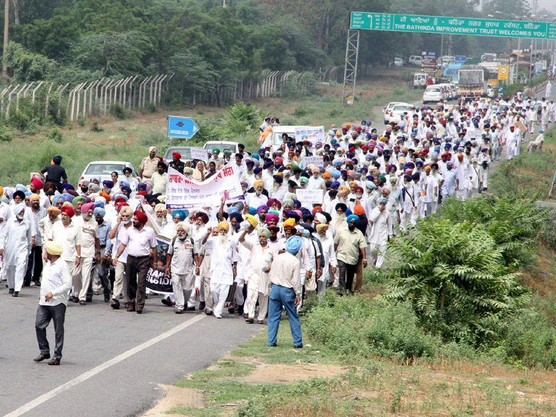 Seeking immediate implementation of One Rank One Pension (OROP), ex-servicemen held a protest rally on the Chandigarh-Bathinda highway. HT Photo