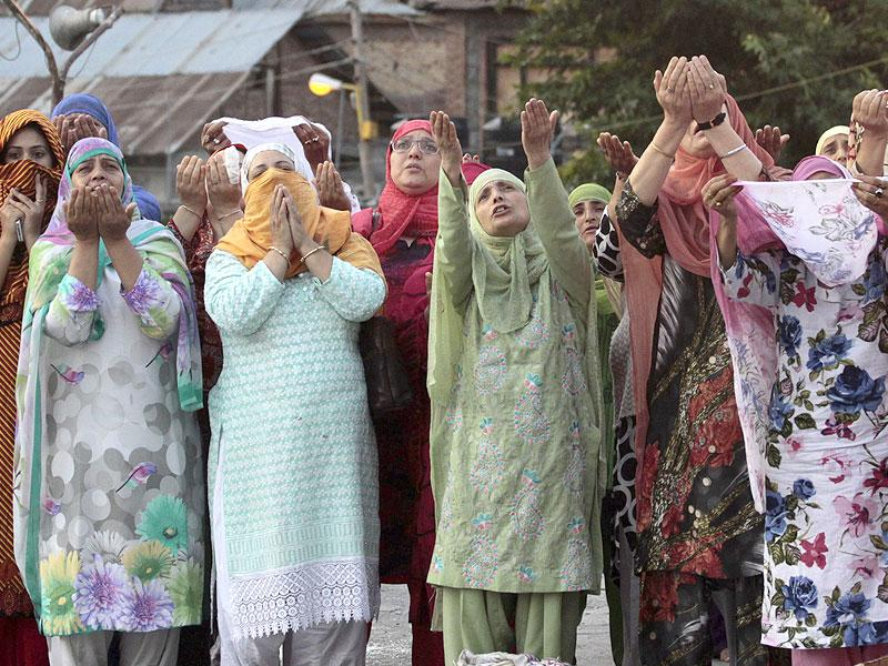 Kashmiri Muslim devotees pray early in the morning at the Hazratbal shrine, during special prayers to observe the Martyr Day of Hazrat Ali in Srinagar (AP Photo)
