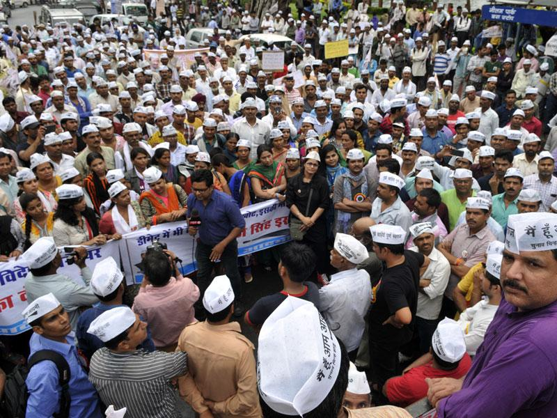 Hundreds of Aam Aadmi Party workers, led by Sanjay Singh (first right), took to the streets in Bhopal on Saturday against Vyapam scam. (Praveen Bajpai/HT)