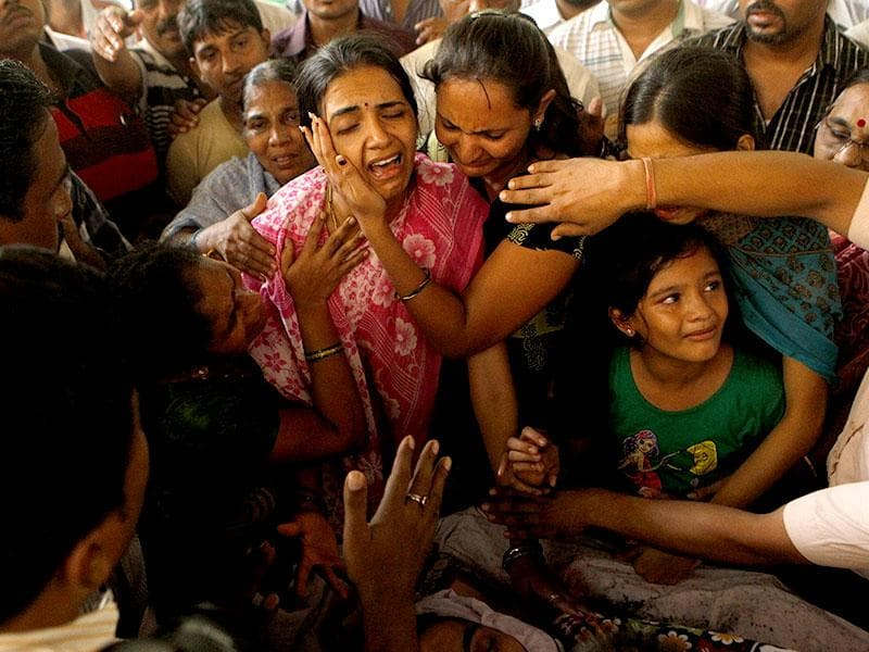 Parag Sawant's family at his funeral in Mumbai. Sawant, who was injured in the July 11, 2006 Mumbai suburban train serial blasts, died after being in coma for nine years. (Pratham Gokhale/HT photo)