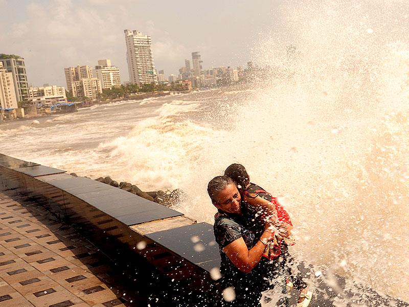 People enjoyed the high tide at Worli sea face in Mumbai. (Anshuman Poyrekar/HT Photo)