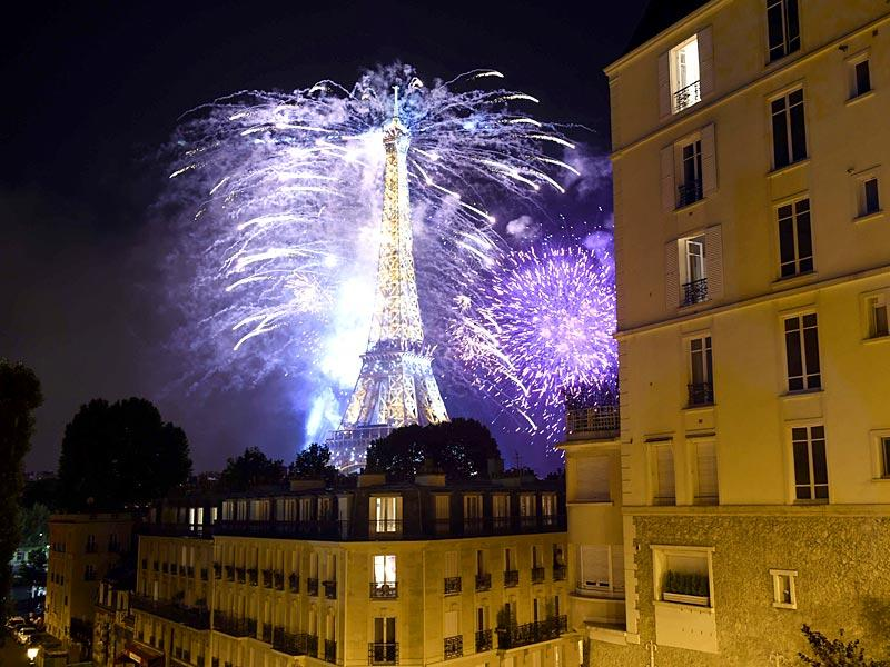 Fireworks light the skies above the Eiffel Tower in the French capital Paris, as part of France's annual Bastille Day celebrations. (AFP Photo)