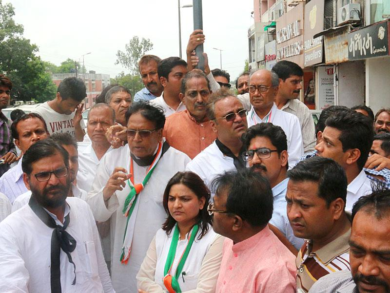 Congress leaders observing silence to pay obeisance to the dead in Vyapam scam at Roshanpura square on Thursday. Congress national general secretary Digvijay Singh, leader of opposition Satyadev Katare and congress state chief Arun Yadav are present, in Bhopal. (HT Photo/Bidesh Manna)