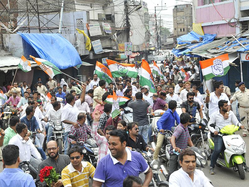 Several top leaders of the state congress took out a rally on two wheelers to mobilise support for the party - sponsored Bandh in protest against Vyapam scam. AIIC general Secretary Digvijay Singh and party's state unit chief Arun Yadav also participated in the rally in Bhopal. (HT Photo/Praveen Bajpai)