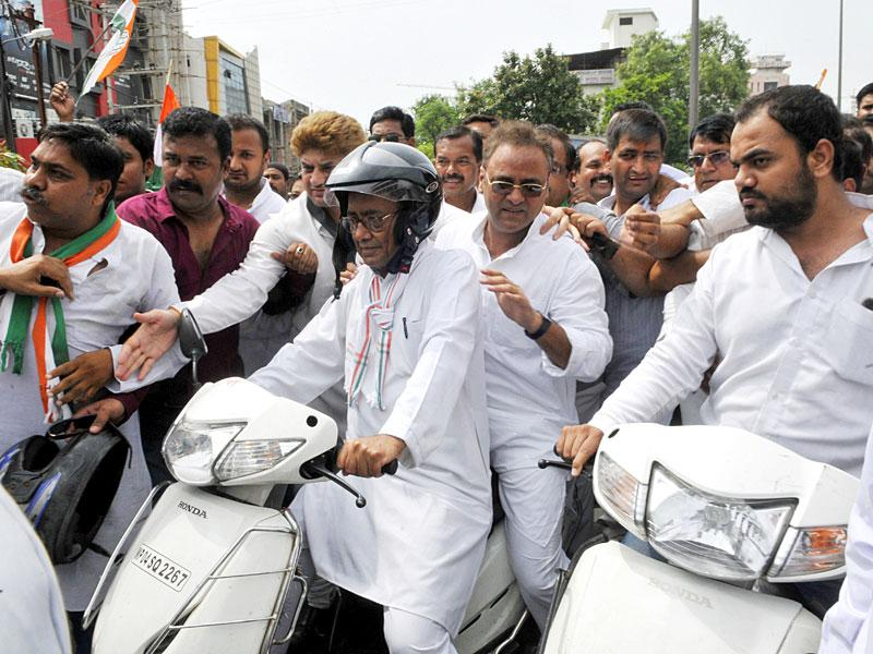 Several top leaders of the state congress took out a rally on two - wheelers to mobilise support for the party - sponsored Bandh in protest against Vyapam scam. AIIC general Secretary Digvijay Singh and party's state unit chief Arun Yadav also participated in the rally in Bhopal. (HT Photo/Praveen Bajpai)