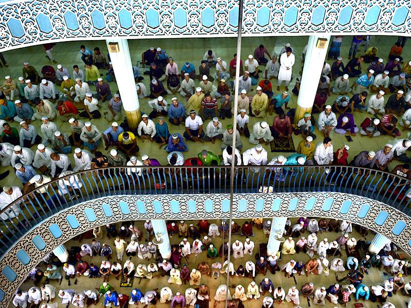 Bangladeshi Muslims offer Jummat-Ul-Vida prayers on the last Friday of Ramzan at the National Mosque of Bangladesh, Baitul Mukarram in Dhaka ahead of the Eid ul-Fitr festival (AFP Photo)