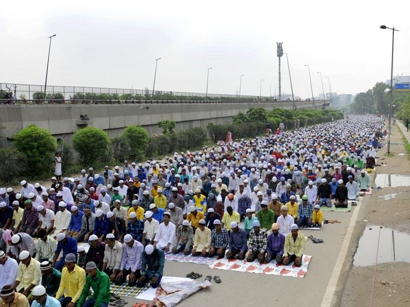 Thousands of devouts gather to offer Eid al-Fitr prayers at the the expressway service lane near Rajiv Chowk in Gurgaon, as Ramzan, the holy month of fasting, ends. (Parveen Kumar/HT Photo)