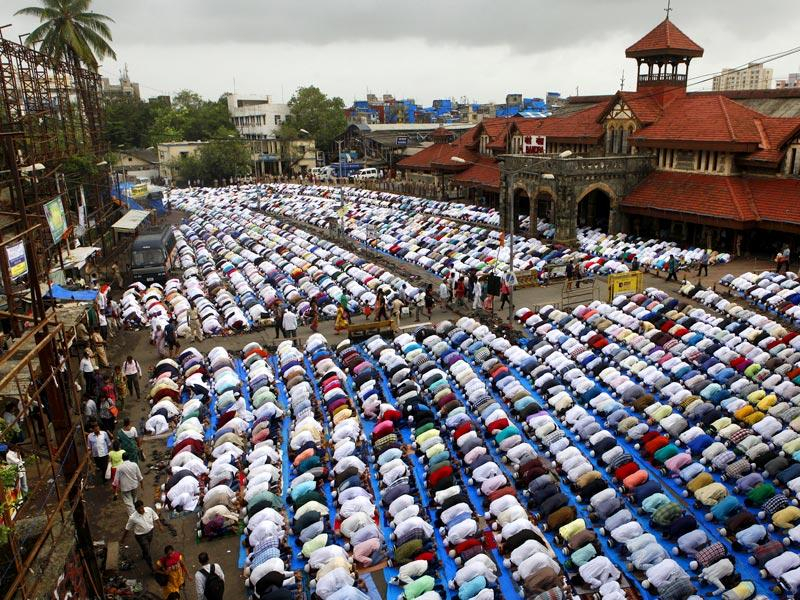 People from Muslim community offer Namaz during Eid al-fitr outside Bandra railway station in Mumbai on Saturday. (Photo by Arijit Sen/ HT Photo)
