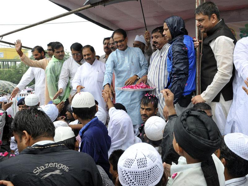 Chief minister Shivraj Singh Chouhan extends Eid greetings to the people at Eidgaah in Bhopal. Congress leader Suresh Pachouri also seen. (Praveen Bajpai/HT)