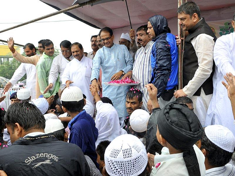 Chief minister of Madhya Pradesh Shivraj Singh Chouhan wishes fellow devouts at gathered on Eid al-Fitr at Eidgaah in Bhopal. Also seen is senior Congress leader Suresh Pachouri. (Praveen Bajpai/ HT Photo)