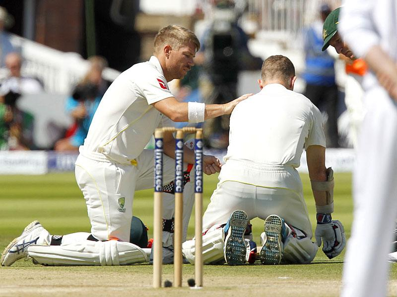 Australia's Chris Rogers (R) is helped by Australia's David Warner after appearing to suffer a dizzy spell on the fourth day of the second Ashes cricket test match between England and Australia at Lord's cricket ground in London. (AFP Photo)
