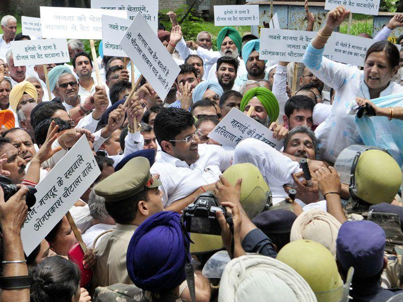 UT police stops Dushyant Chautala and other party members as they try to forcibly enter Haryana Raj Bhavan in Sector 3, Chandigarh. (Gurpreet Singh/HT)