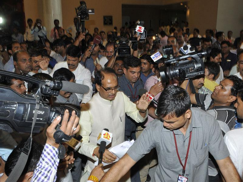 Chief minister Shivraj Singh Chouhan avoids a bevy of media persons on way to the state assembly in Bhopal on Wednesday. (Praveen Bajpai/HT)