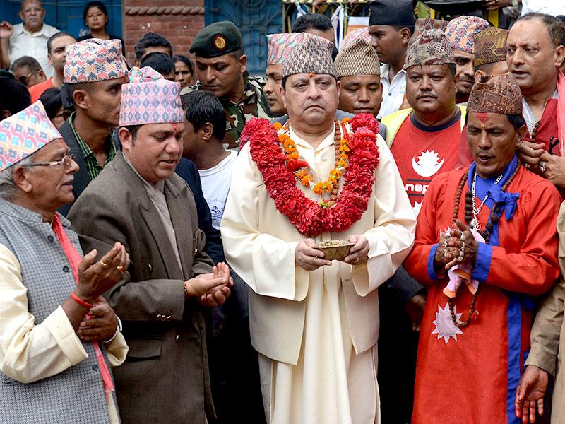 The former king of Nepal, Gyanendra Shah (C), offers prayers for the victims of the country's earthquake in Kathmandu. (AFP Photo)