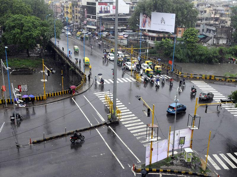Intermittent spells of moderate rains lashed Indore on Saturday affecting flow of traffic at some places. (Arun Mondhe/HT)