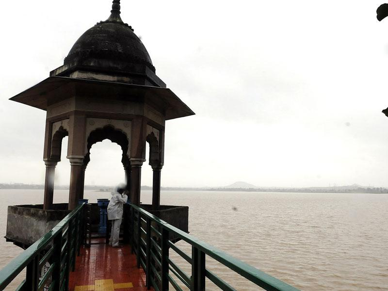 The water level in Bilawali Lake rose to 23 feet in Indore on Sunday following heavy rains in the area during past week. (Shankar Mourya/HT)