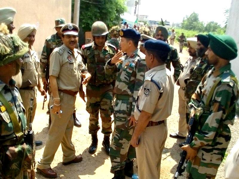India tightened security along its border with Pakistan on Monday after terrorists dressed in army uniforms stormed a police station in Punjab's Gurdaspur district. (HT Photo)