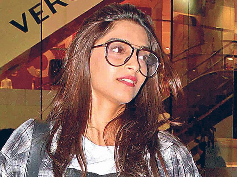 Public appearances and film premieres have always been high on glamour. But Bollywood divas are not shying away from keeping it minimal when it comes to their makeup. Several film stars are now making appearances sans makeup.Deepika Padukone spotted without makeup. (Text by Snigdha Ahuja, Photo by Yogen Shah)