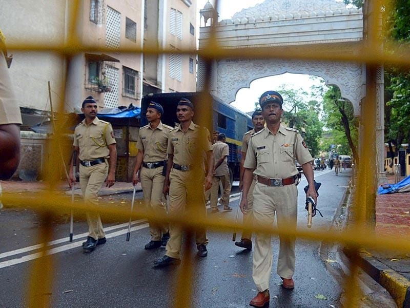 Policemen patrol a road leading to the residence of Yakub Memon, in Mumbai on July 30, 2015. Memon was hanged at a Nagpur jail on Thursday for his role in a series of co-ordinated attacks that killed hundreds of people in Mumbai in 1993. (AFP Photo)