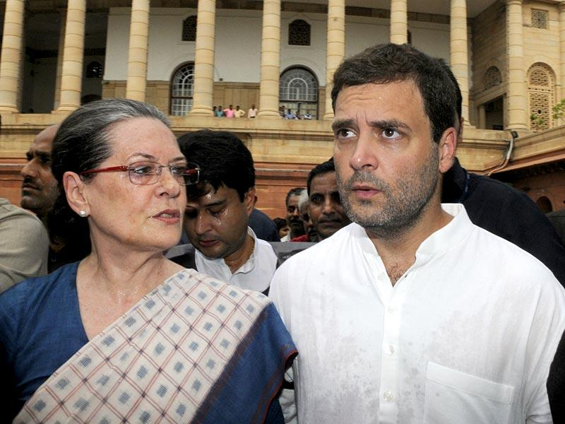 Congress president Sonia Gandhi and vice-president Rahul Gandhi during the protest against NDA Government at Parliament complex. (HT Photo/Sonu Mehta)