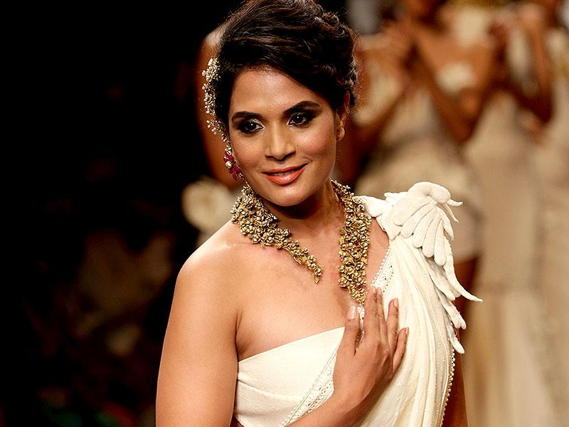 Richa Chadda displays the creation by jewellery designer Anand Shah by GSI. (Photo: IANS)