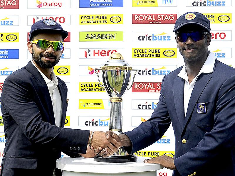 Sri Lankan cricket captain Angelo Mathews, right, and Indian Test captain Virat Kohli shake hands before the start of the first day of the first Test match at the Galle International Cricket Stadium in Galle, on August 12, 2015. (AFP Photo)