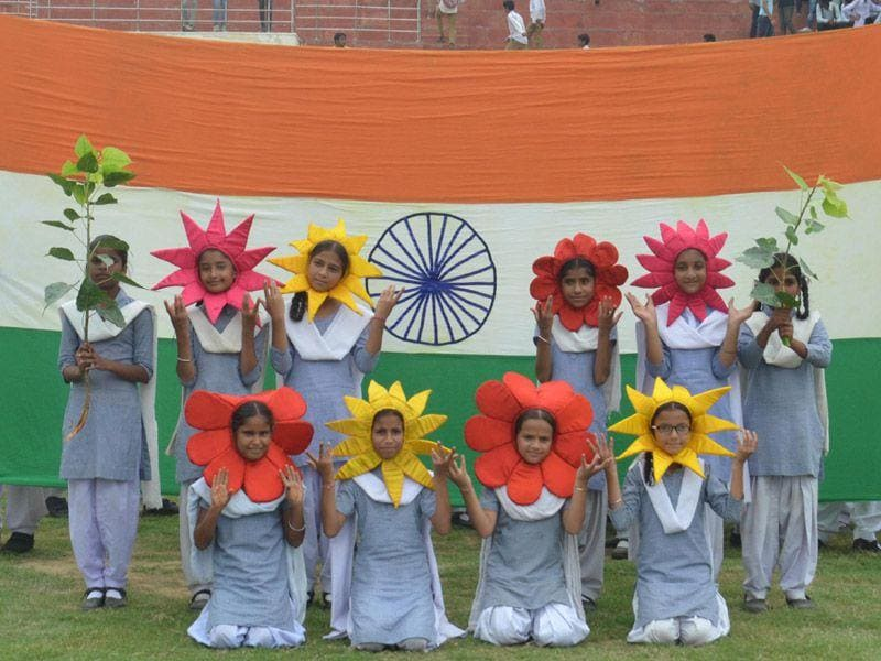 School children taking part in a rehearsal for Independence Day Prade celebration at Guru Nanak Stadium in Amritsar on Wednesday.(Sameer Sehgal/HT Photo)