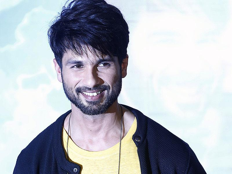 Shahid Kapoor strikes a pose for the shutterbugs during the trailer launch of his movie Shaandaar in Mumbai.(AP Photo/Rajanish Kakade)