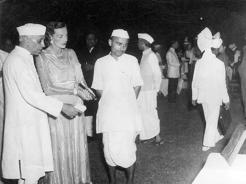 Jawahar Lal Nehru giving a farewell party to Lord and Lady Mountbatten and other elite of the town at his residence. (HT Photo)