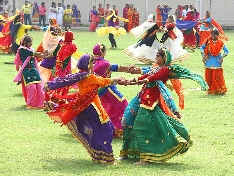 Girls performing Giddha during Independence Day celebrations at Guru Gobind Singh Stadium in Jalandhar. (Pardeep Pandit/HT Photo)